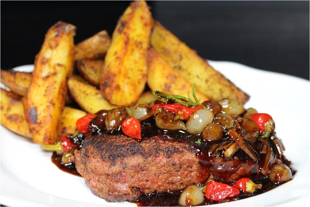 Vegán steak –  chilis, kakukkfüves gyöngyhagyma mártással